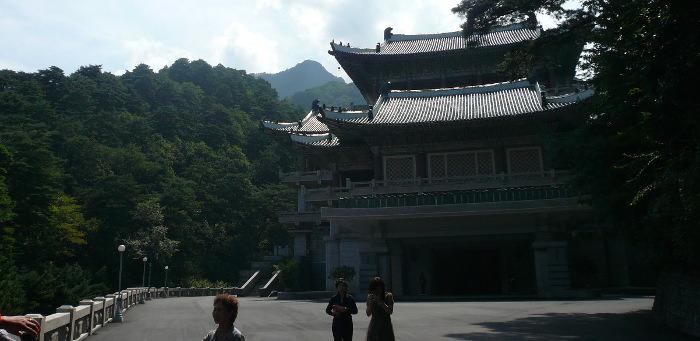 Edificio con regalos para el Presidente Kim Il Sung en el Monte Myohyang en Corea del Norte