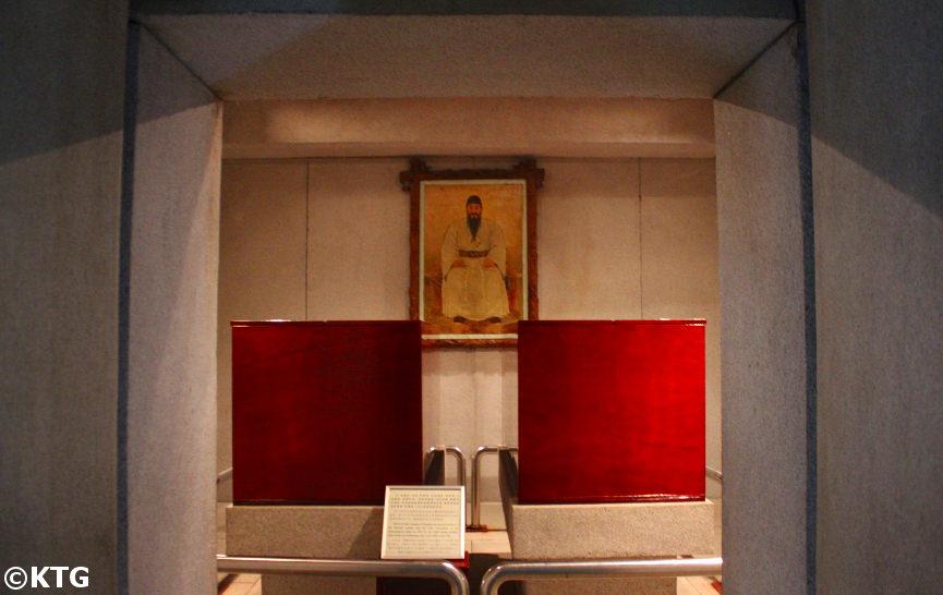 Cámara interior de la tumba del Rey Tangun. La imagen muestra su cofre y el de su esposa