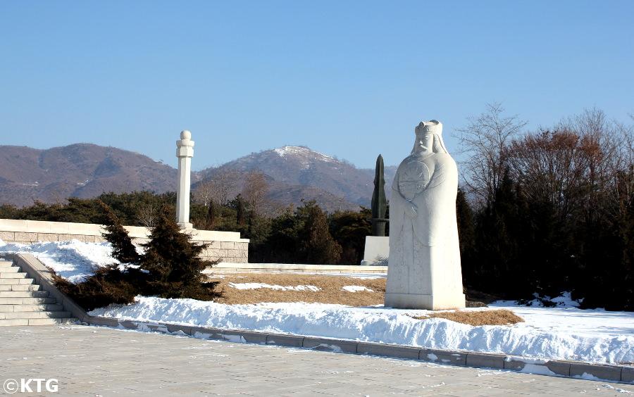 Escalera que llevan a la tumba del Rey Dangun en Corea del Norte