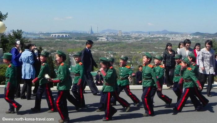 Niños en el Cementerio de los Mártires Revolucionarios de Corea del Norte a las afueras de Pyongyang