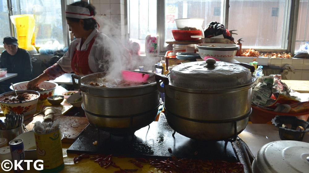Mercado en Helong en el noreste de China en la zona autónoma coreana de Yanbian. La sopa de carne de perro es un plato típico de esta zona al igual que de Corea