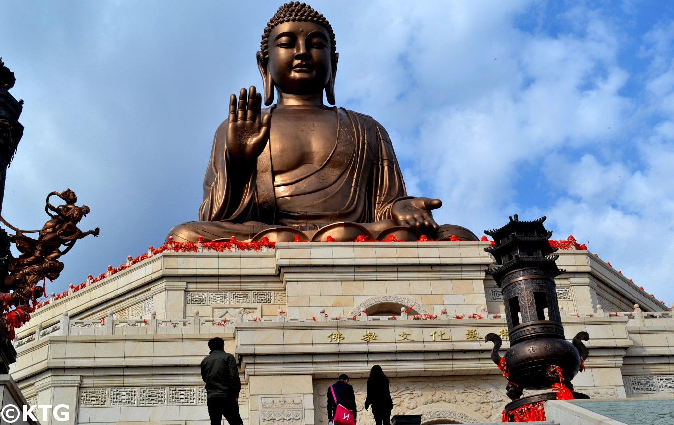 Gigantesca estatua budista en Liu Ding Shan, Dunhua, ciudad de la Prefectura Autónoma coreana en la provincia de Jilin en el noreste de China