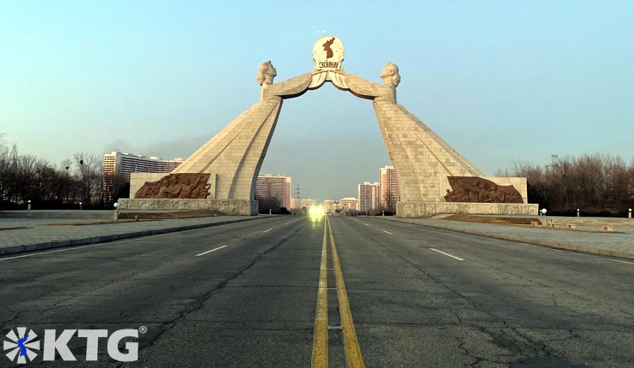 foto del arco de la reunificación en Pyongyang, Corea del Norte, tomada desde el centro de la autopista tongil, es decir, la autopista de la reunificación por un viajero de KTG