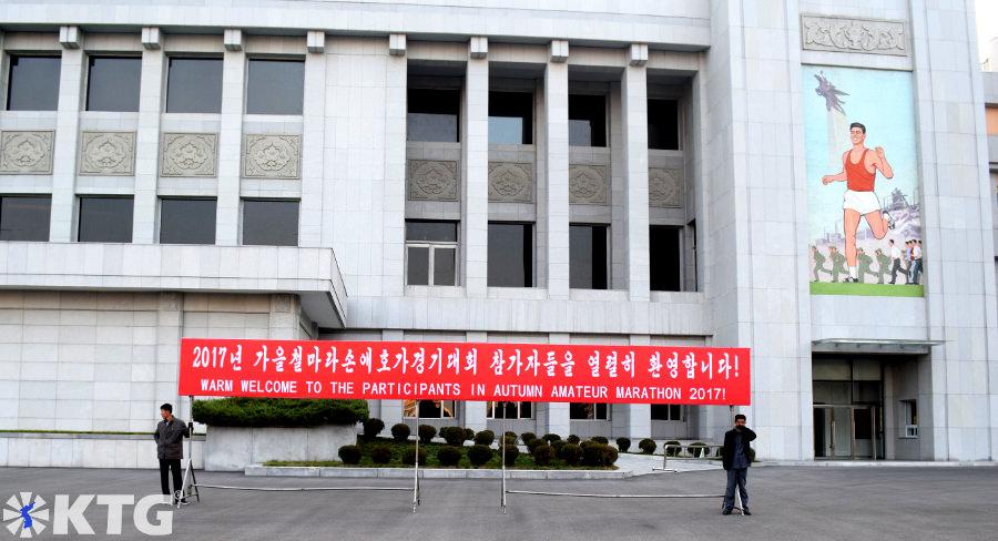 Pancarta de bienvenida del primer Maratón de Otoño de Pyongyang, Corea del Norte. Esto está a las afueras del estadio Kim Il Sung.
