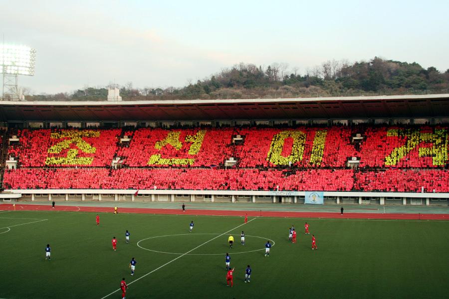 Partido de fútbol en Pyongyang en el estadio Kim Il Sung. RPDC vs Japón en un partido clasificatorio para la Copa del Mundo 2014. Corea del Norte ganó 1-0. Viaje organizado por KTG Tours