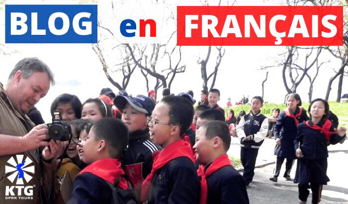 Voyageur KTG montrant aux enfants nord-coréens une photo qui vient d'être prise, Pyongyang, Corée du Nord (RPDC)