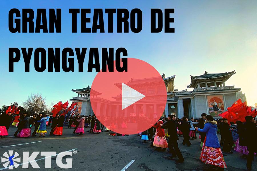 bailes en masas en el exterior del Gran Teatro de Pyongyang en Corea del Norte