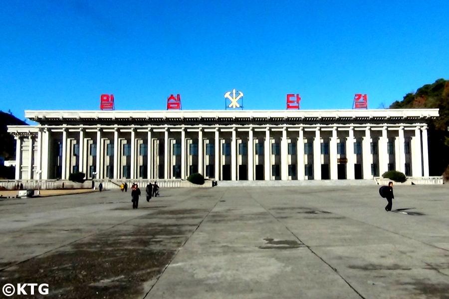 Plaza central de Pyongsong, Corea del Norte. Tour por la RPDC organizado por KTG Tours. El edificio es el museo de historia.