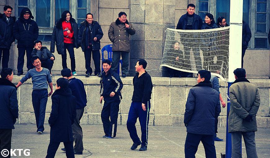match de volleyball sur la place Kim Il Sung en Corée du Nord