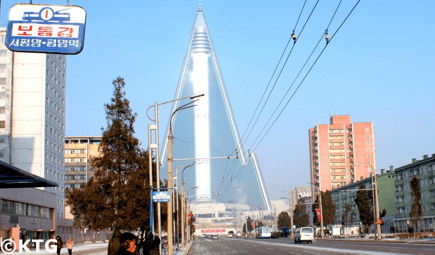 hiver à Pyongyang. Vous pouvez voir l'hôtel Ryugyong. Photo prise par KTG Tours.