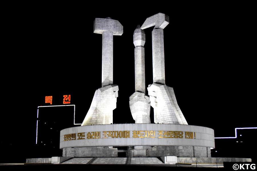 Vista de noche del monumento de la Fundación del Partido de los Trabajadores de Corea en Pyongyang, Corea del Norte