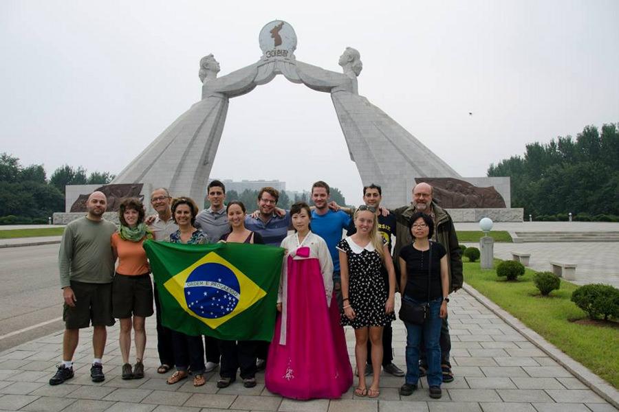 Grupo de brasileiros pelo monumento à reunificação em Pyongyang, Coréia do Norte (RPDC) com a KTG Tours