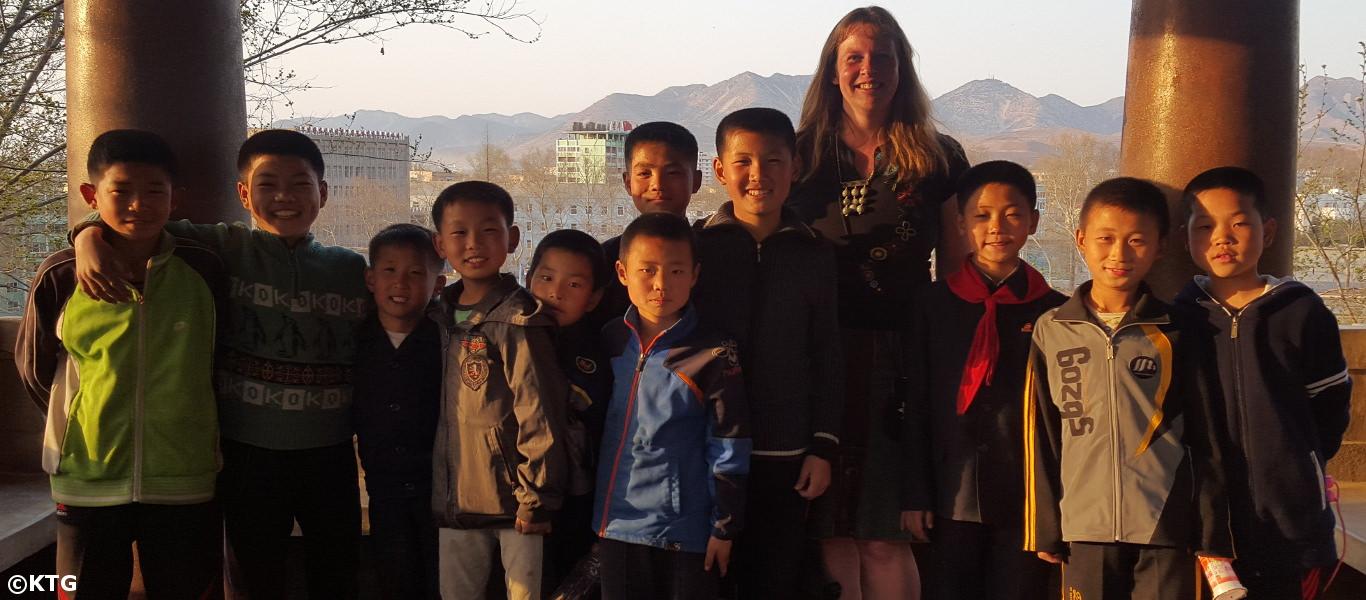 Niños en Corea del Norte con una viajera de KTG