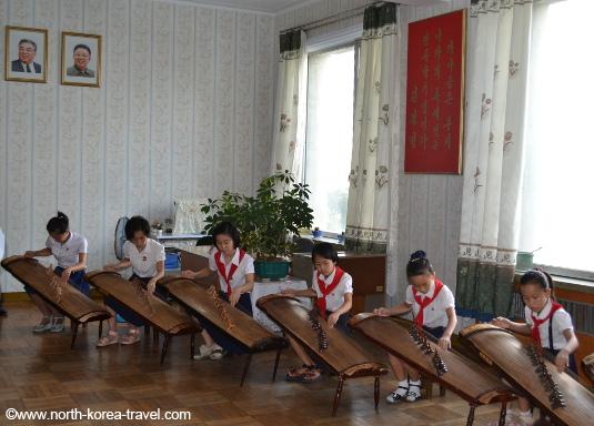 Enfants jouant des instruments traditionnels coréens dans le Palais des enfants, Pyongyang
