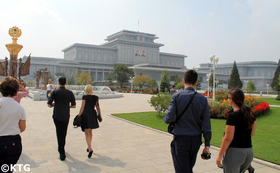 Foso que rodea el Palacio Conmemorativo Kumsusan en Pyongyang, Corea del Norte. Este es el lugar más sagrado de la RPDC. Viaje organizado por KTG Tours