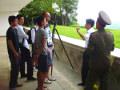 Militar norcoreano explicando dónde está el muro de hormigón que divide a la Península Coreana. Viaje organizado por KTG Tours