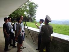 Observando la muralla construida en Corea del Sur al otro lado de la DMZ