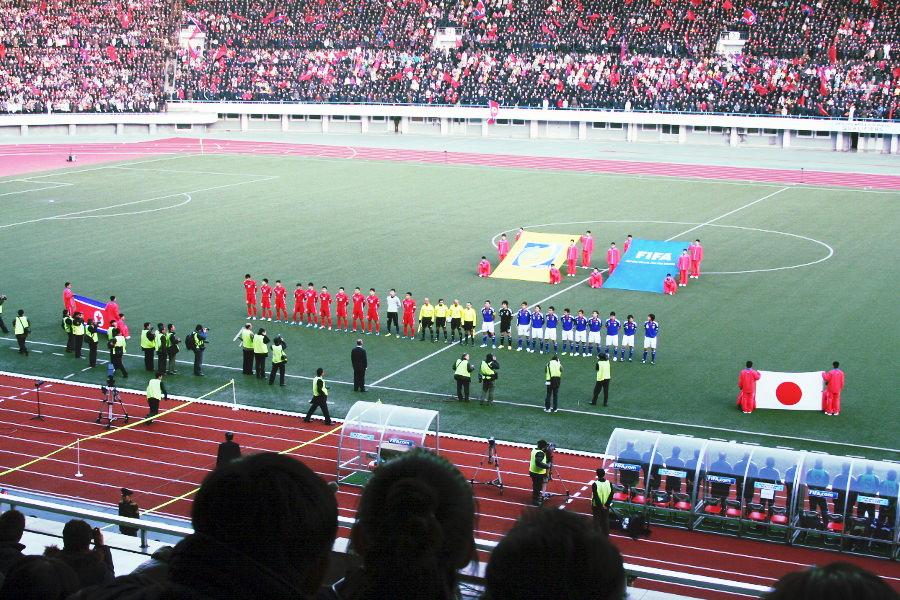 partido de fútbol entre las selecciones de Corea del Norte y Japón en el Estadio Kim Il Sung en Pyongyang en Corea del Norte. Viaje organizado por KTG Tours.