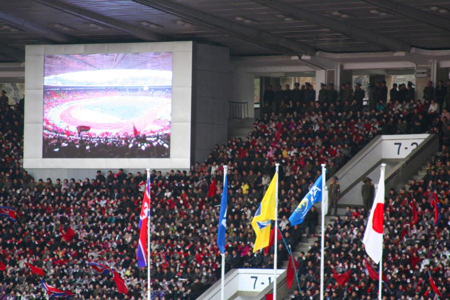 Banderas de RPDC, Japón y FIFA en el estadio Kim Il Sung