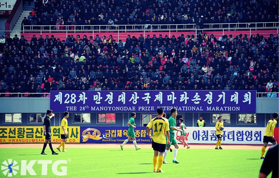 Partido de fútbol en el estadio Kim Il Sung en Pyongyang celebrado durante el Maratón Internacional del Premio Mangyongdae, es decir, el Maratón de Pyongyang en Corea del Norte. ¡Únete al maratón con KTG Tours!