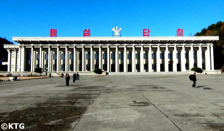 Place centrale de Pyongsong, Corée du Nord. Visite de la RPDC organisée par KTG Tours. Le bâtiment est le musée d'histoire.