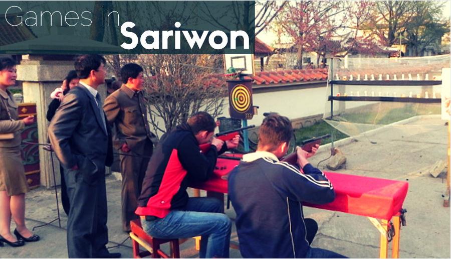 Nuestros viajeros europeos jugando al tiro de feria en Sariwon en la provincia del Hwanghae del Sur en Corea del Norte