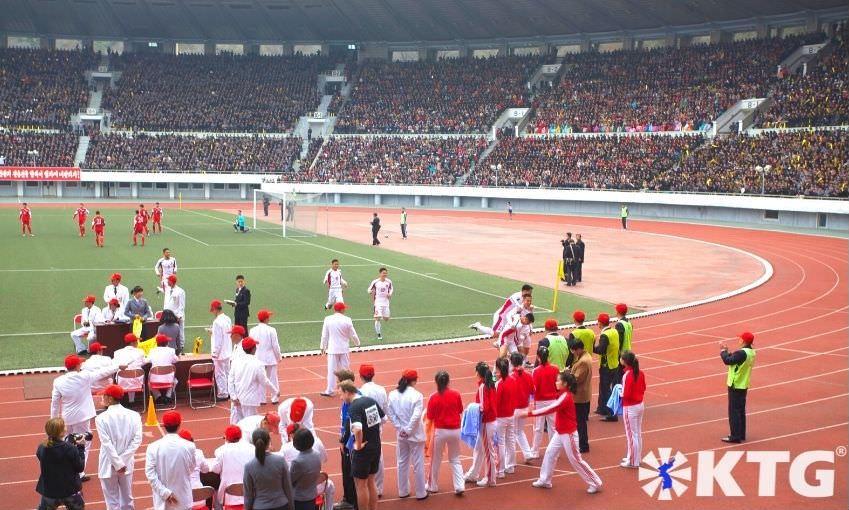 Jugadores de fútbol norcoreanos celebrando un gol en el Estadio Kim Il Sung en Pyongyang la capital de Corea del Norte. Foto de KTG Tours