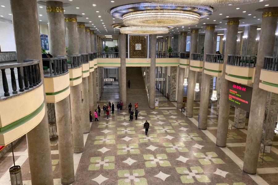 Grande maison d'étude du peuple à Pyongyang la capital de la Corée du Nord (RPDC). Voyage organisé par KTG Tours
