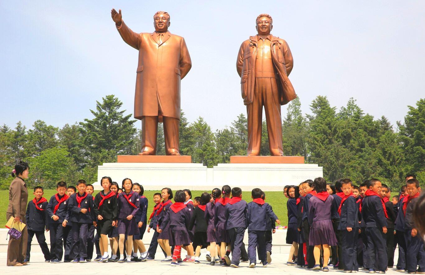 Gran Monumentos de los líderes Kim Il Sung y Kim Jong Il en Hamhung, Corea del Norte (RPDC), con KTG Tours