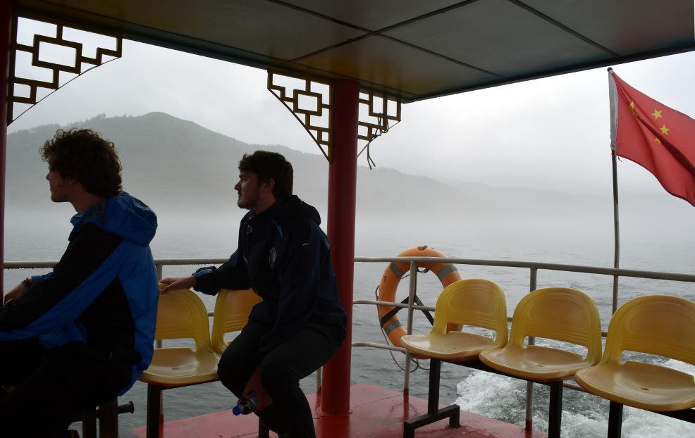 El guía de viajes de KTG Tim con nuestro viajero Zac acercándose a Corea del Norte