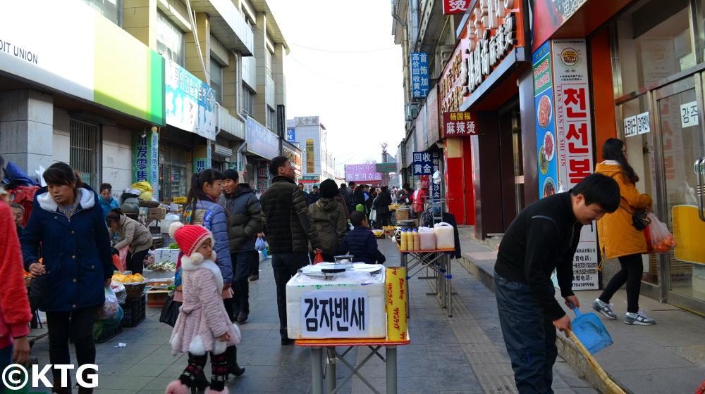 Mercadillo en Helong en la región de Yanbian en el noreste de China cerca de Corea del Norte y de Rusia