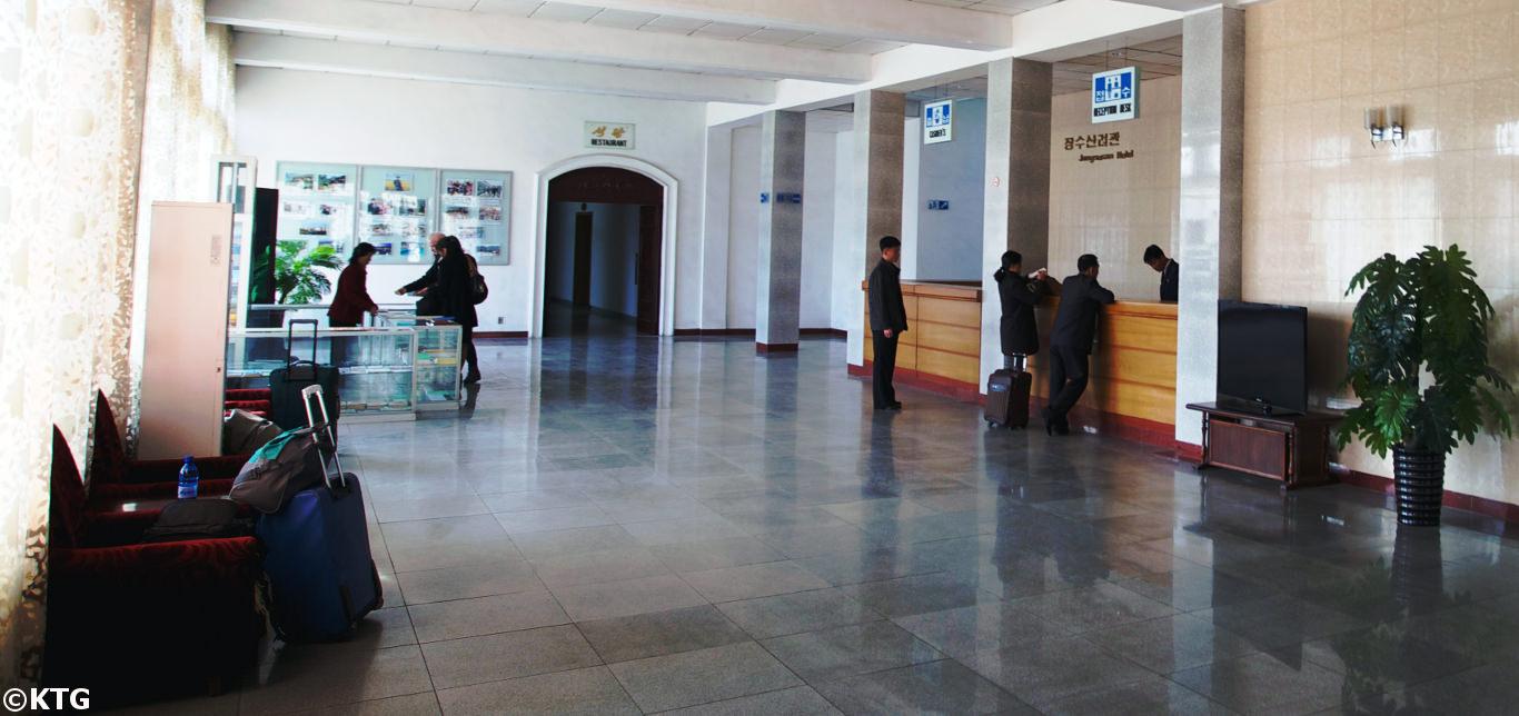 Norcoreanos haciendo el check-in en el hotel Jangsusan en la ciudad de Pyongsong en Corea del Norte (RPDC). Viaje organizado por KTG Tours