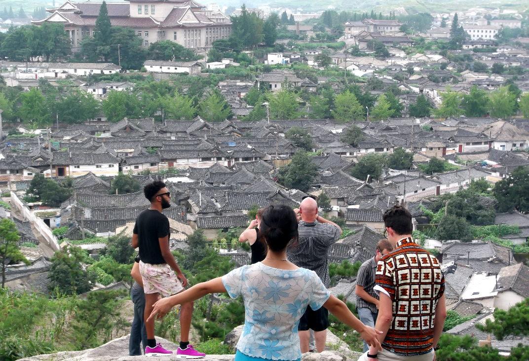 Groupe de voyageurs dans la ville de Kaesong, Corée du Nord (RPDC)