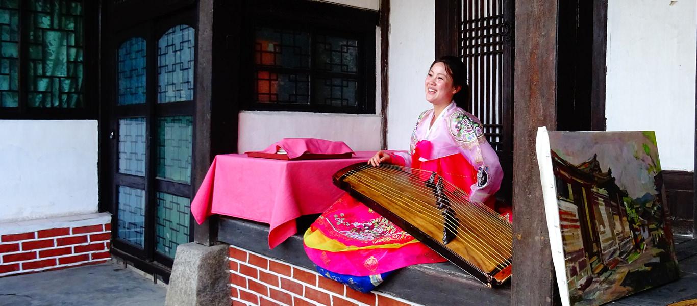 Chica norcoreana tocando el Kayagum en el hotel tradicional coreano de Kaesong el Minsok Hotel o lo que es lo mismo el hotel folclórico. Kaesong es una antigua ciudad en Corea del Norte, cerca de Corea del Sur y de la zona desmilitarizada. Viaje organizado por KTG