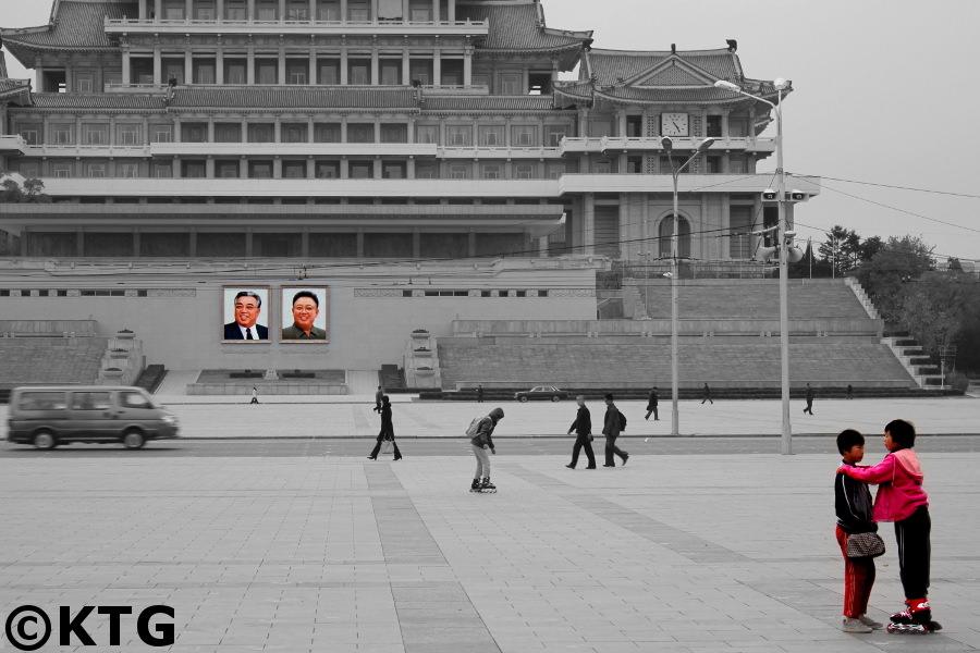 Des enfants dans la Place Kim Il Sung à Pyongyang, capitale de la Corée du Nord. Photo prise par KTG Tours