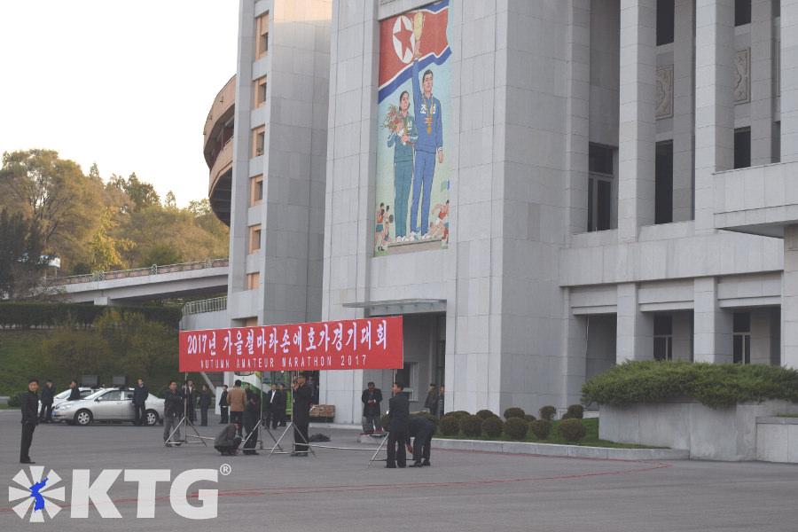 Mosaico en el exterior del Estadio Kim Il Sung en Pyongyang, capital de Corea del Norte. Está ubicado junto al parque Moran, justo enfrente del Arco del Triunfo, que es donde Kim Il Sung pronunció un discurso sobre su regreso a Corea después de la independencia del dominio colonial japonés en 1945. Fotografía tomada por KTG Tours.