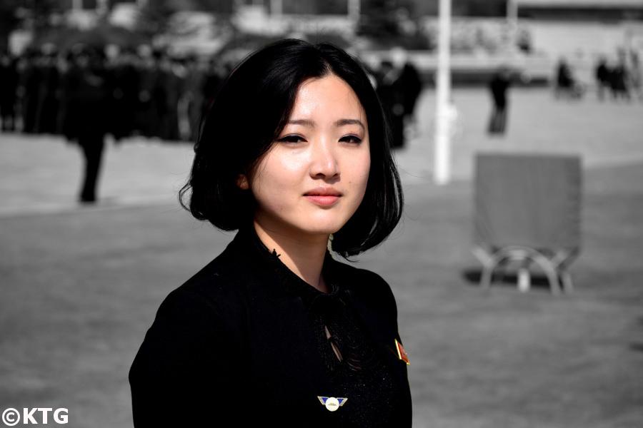 Guía de Corea del Norte a los coreanos en la plaza del Palacio del Sol de Kumsusan. Esto no debe llamarse mausoleo, ya que es una falta de respeto a los coreanos. Solía llamarse Palacio Conmemorativo de Kumsusan y, antes, Salón de Asambleas de Kumsusan. Es el lugar más sagrado de Corea del Norte. Era la oficina presidencial del presidente Kim Il Sung y es donde se encuentran los líderes, el presidente Kim Il Sung y el Líder Kim Jong Il. Visitas turísticas en KTG