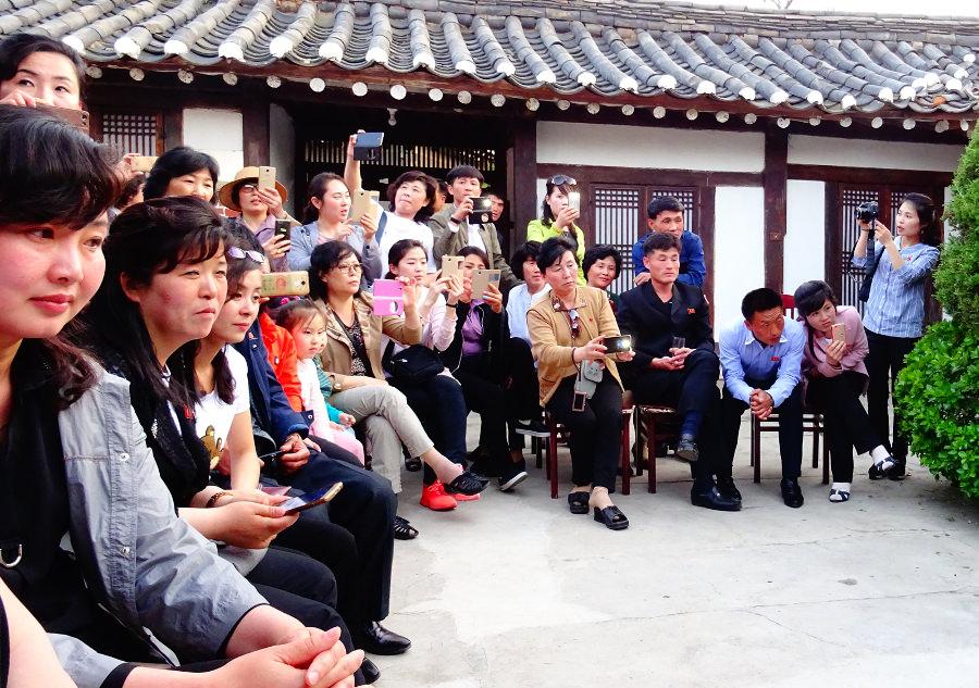 Turistas de Corea del Norte sacando fotos a turistas extranjeros en la ciudad de Kaesong. Viaje organizado por KTG