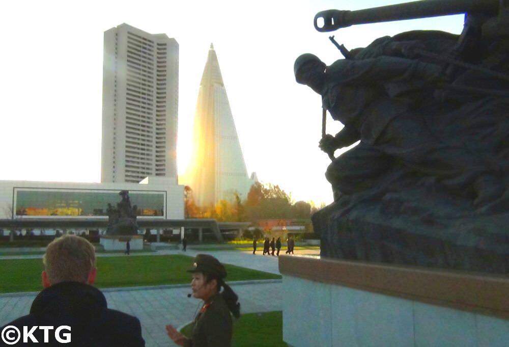 Vistas del Hotel Ryugyong desde el Museo de la Guerra de Corea en Pyongyang, Corea del Norte. Foto sacada por KTG Tours