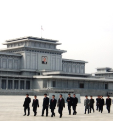 Coreanos en el Mausoleo de Kim Il Sung