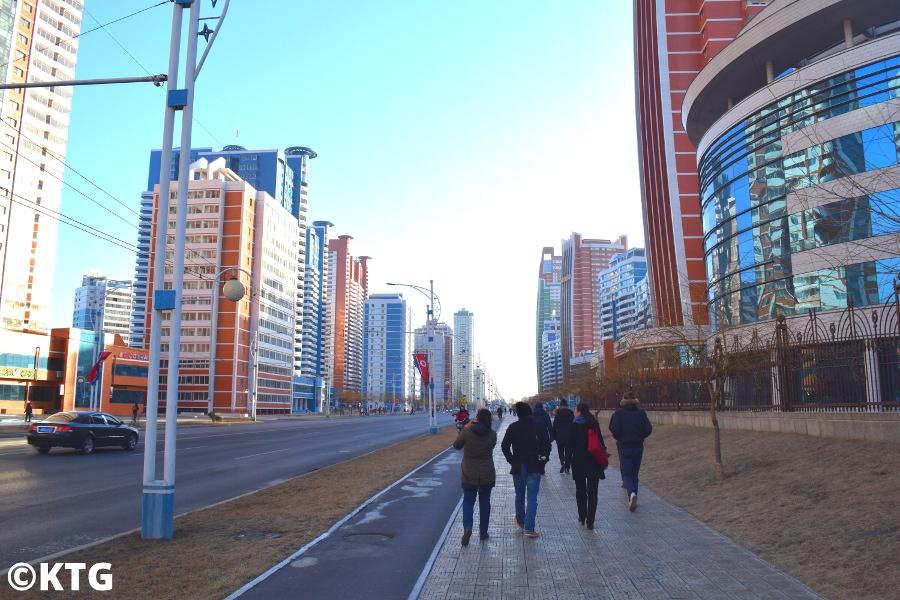 Viajeros de KTG caminando por la calle Mirae Future Scientists en Pyongyang, capital de Corea del Norte, RPDC.