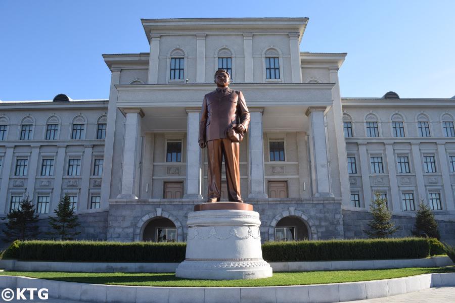 Statue du leader Kim Jong Il à l'universitaire Kim Il Sung à Pyongyang en Corée du Nord. Photo prise par KTG Tours