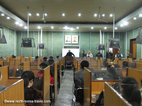 Kurzvortrag von einem unserer Reisende im Grand Volks Study House in Pjöngjang gegeben