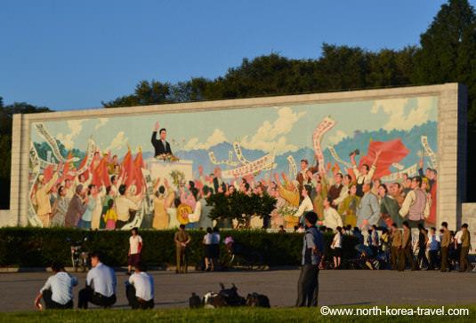 Mural mostrando la llegada de Kim Il Sung a Pyonygang tras la liberación de Corea de Japón