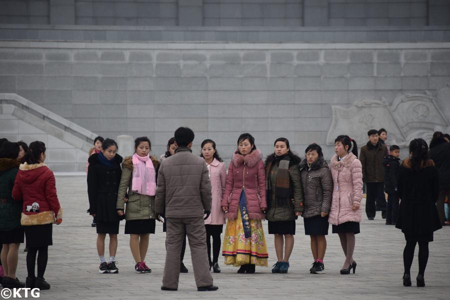 Coreanos reunidos en la plaza del Palacio del Sol de Kumsusan. Solía llamarse Palacio Conmemorativo de Kumsusan y, antes, Salón de Asambleas de Kumsusan. Este es el lugar más sagrado de la RPDC, Corea del Norte. Solía ser la oficina presidencial del presidente Kim Il Sung y es donde se encuentran los líderes, el presidente Kim Il Sung y el presidente Kim Jong Il. Fotografía realizada por KTG Tours