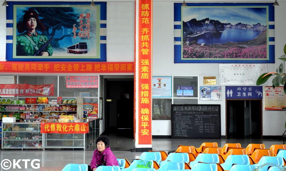 Estación de autobús en Longjing con la imagen del líder chino Leifeng y el Monte Paekdu, lugar sacrado para la gente de origen coreano