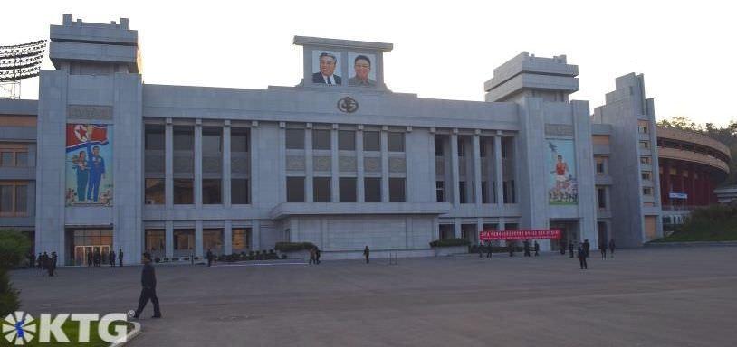 Entrada principal del estadio Kim Il Sung en el distrito central de Pyongyang, capital de Corea del Norte (RPDC). Foto sacada por KTG Tours.