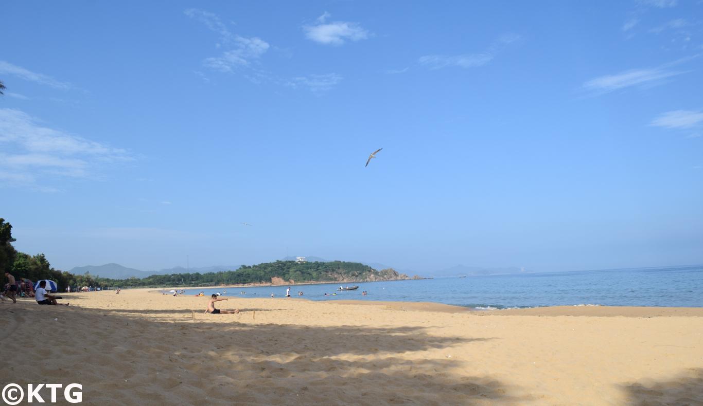 Coreanos del norte relajándose en la playa de Majon cerca de la ciudad de Hamhung. Viaje organizado por KTG Tours