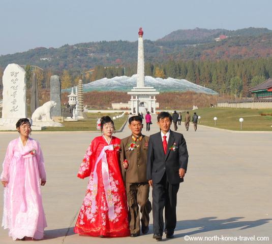 Imagen de recién casados en el Parque Folclórico de Pyongyang, capital de Corea del Norte