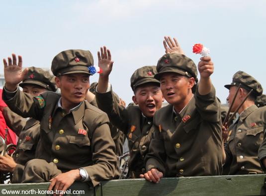 Nordkoreanska soldater i en militärparad i Pyongyang